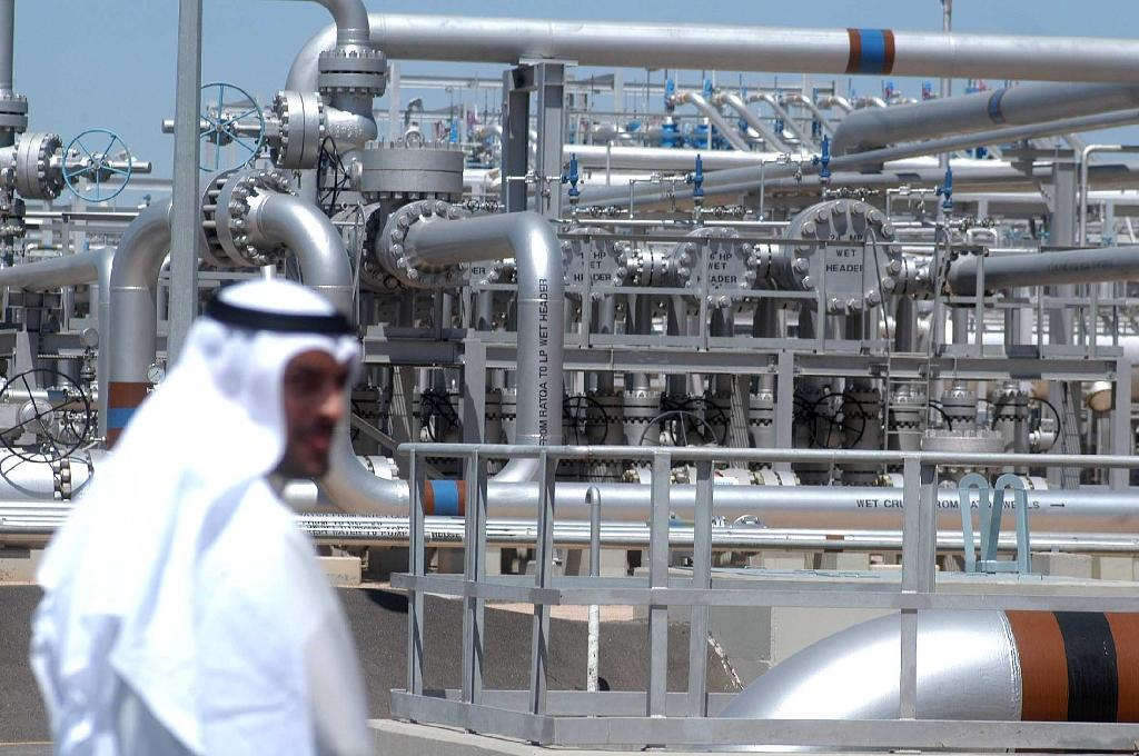 Gulf countries, led by top OPEC producer Saudi Arabia, refuse to cut production unless the oil-producing states that are not members of the group agree to do the same (AFP Photo/Yasser al-Zayyat)