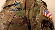 """""""Esto es galácticamente estúpido"""": el uniforme de la Fuerza Espacial de EEUU que ha desatado burlas"""