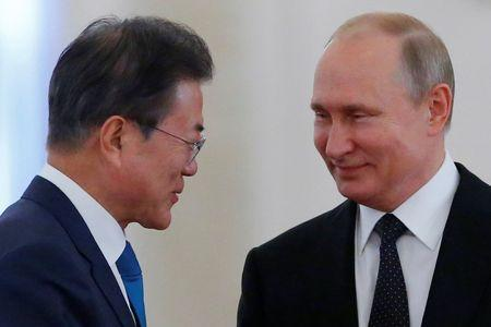 Russian President Vladimir Putin and South Korean President Moon Jae-in attend a welcoming ceremony at the Kremlin in Moscow, Russia June 22, 2018. REUTERS/Sergei Karpukhin