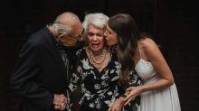Eine Fremde bietet der Braut Hochzeitsfoto-Shooting mit den Großeltern an - kostenlos