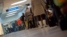 CT-Geräte könnten Schlangen am Flughafen verkürzen – doch die Freigabe fehlt