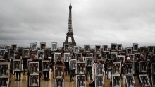 Activistas franceses usan fotos de Macron para exigir cambio