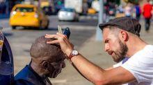 Homem realiza cortes de cabelo de graça em moradores de rua