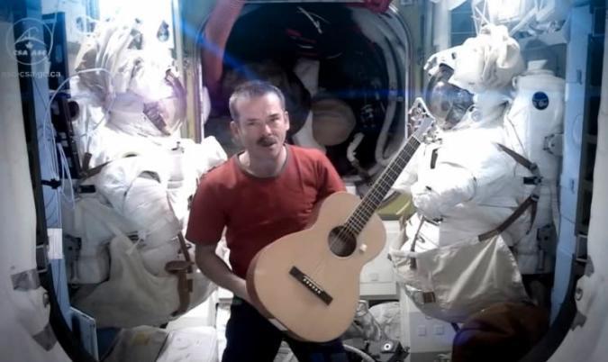 Video: ISS-Kommandat Chris Hadfield darf Space Oddity wieder covern