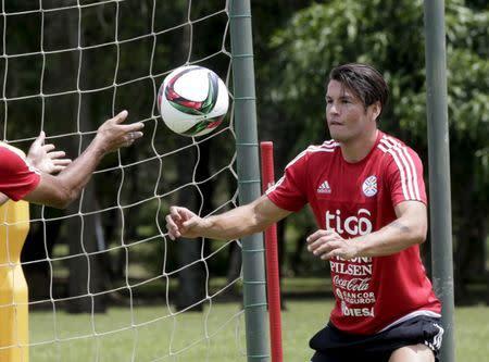 El jugador de la selección nacional de Paraguay, Nelson Haedo, en un entrenamiento en Ypane, Paraguay.