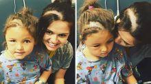 Le quitan un tumor cerebral a su hija y ella se afeita la cabeza para ser iguales