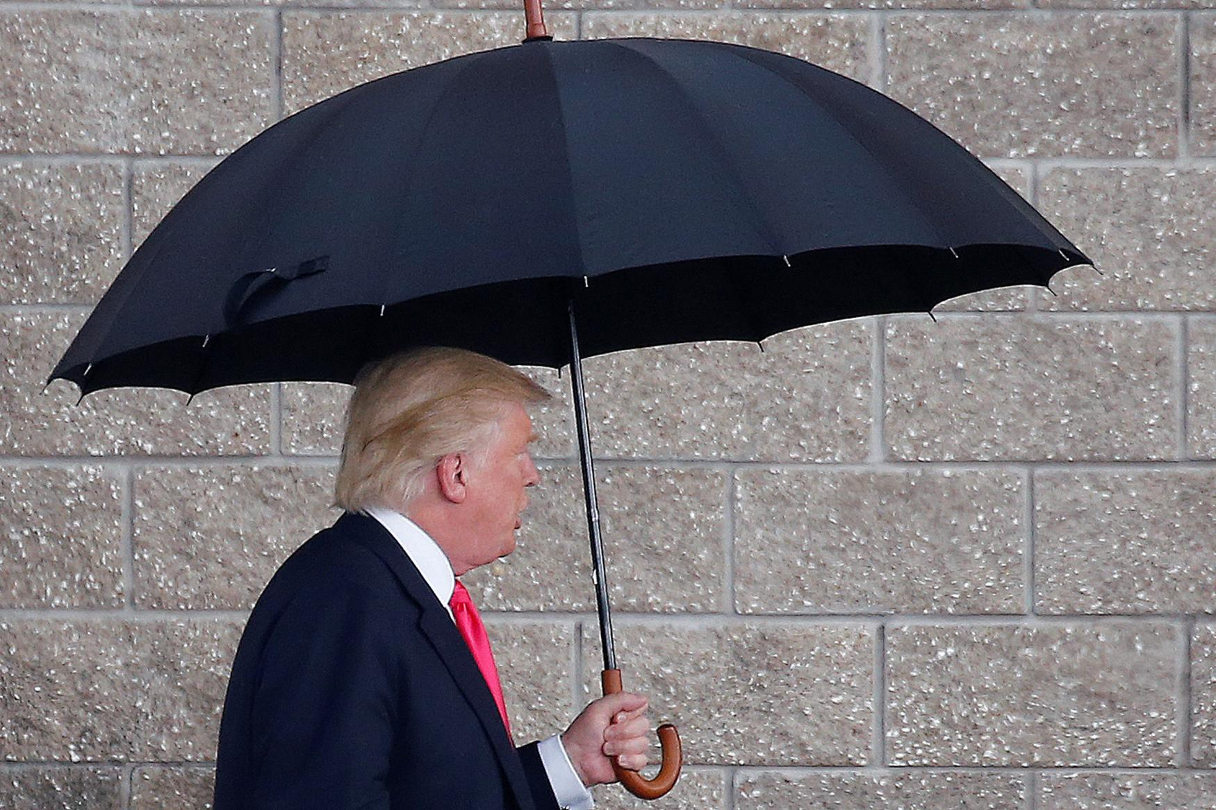 <p>Republican presidential nominee Donald Trump arrives in the rain for a campaign rally in Tampa, Aug. 24, 2016. (Photo: Carlo Allegri/Reuters) </p>