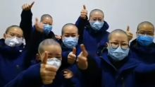 Por qué las enfermeras que luchan contra el coronavirus en Wuhan se están rapando la cabeza