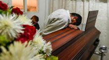 Ordenan sepultar al joven que velaron por diez días esperando su resurrección