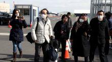 Los pasajeros en cuarentena desembarcan en Japón mientras caen los casos de coronavirus en China