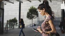 Nach Feierabend die Arbeits-E-Mails zu checken kann der Beziehung schaden