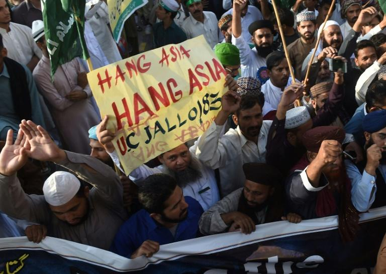 Supporters of Tehreek-e-Labaik Ya Rasool Allah, a hardline religious party, demand the hanging of Christian woman Asia Bibi, who was convicted of blasphemy but allowed later to leave for Canada, in an October 2018 protest in Lahore