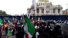 Marchan contra AMLO rumbo al Zócalo, policía de CDMX lo impide