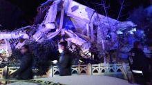 Socorristas se afanan en la zona del sismo que causó al menos 22 muertos en Turquía