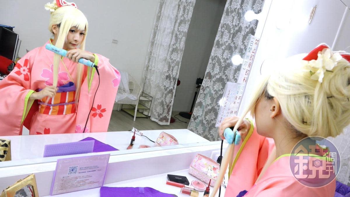 化妝鏡規模比照專業攝影棚,「就算要接商業彩妝案也沒問題喔!」毛毛自信道。