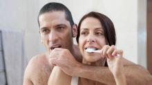 No compartas tu cepillo de dientes o la maquinilla de afeitar, aunque le comas la boca