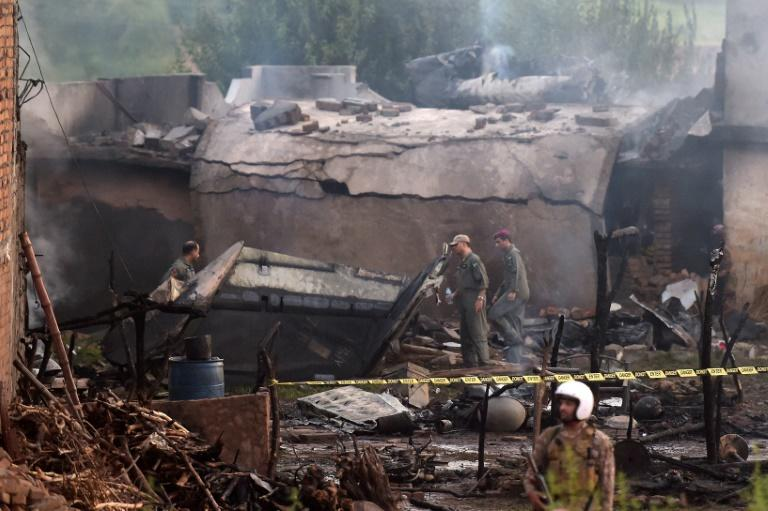17 killed after military plane crashes in Pakistan