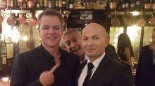 ¡George Clooney lo vuelve a hacer! La estrella de Hollywood se cuela en una foto de Matt Damon