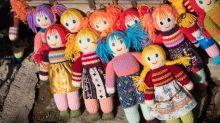 Lehrerin strickt Puppen-Doubles ihrer Schüler, weil sie sie vermisst
