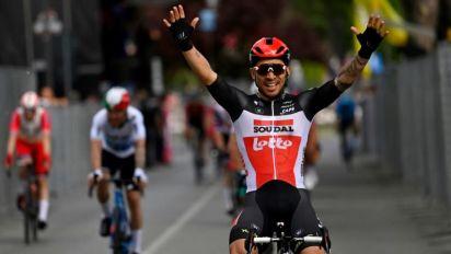 Caleb Ewan gana quinta etapa del Giro, Mikel Landa abandona tras una caída