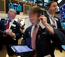 Dow rises for eighth straight week, S&P 500 posts 2.5% weekly advance
