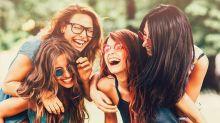 Coloration : ce balayage universel sublime tous les premiers cheveux blancs… Que l'on soit brune, rousse et même blonde