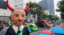 Opositores mexicanos protestan con casas de campaña contra López Obrador