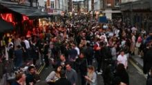 Virus bayangi perayaan 4 Juli di AS ketika warga Inggris mendatangi kembali pub