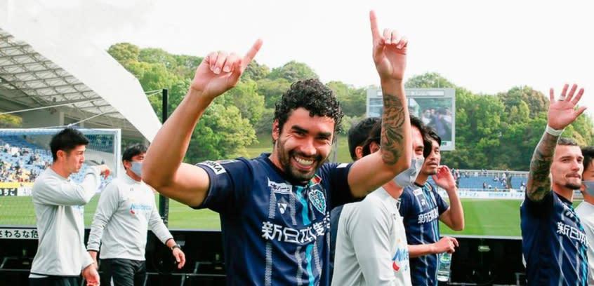 Bruno Mendes faz o gol da vitória do Fukuoka, seu primeiro pelo clube