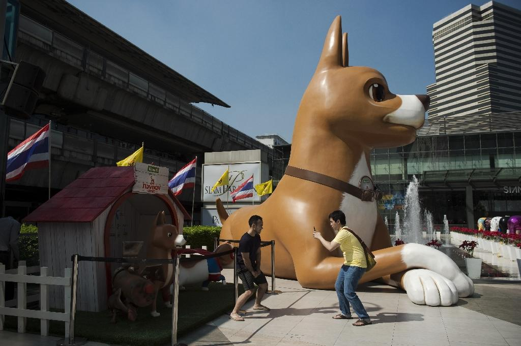 """A 10-metre high sculpture of """"Giant John"""", one of the characters of the film """"Khun Tongdaeng: The Inspirations"""", sits outside a shopping mall in Bangkok, December 9, 2015 (AFP Photo/Nicolas Asfouri)"""