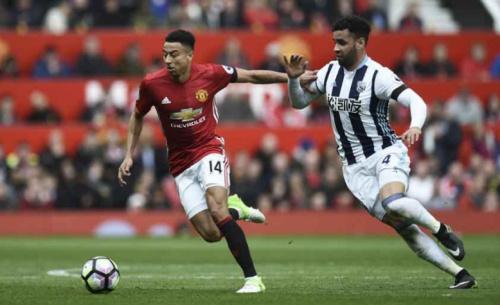 Manchester United firma novo contrato com meia inglês