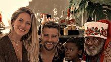 Titi tem Natal com Papai Noel negro e festeja: 'O nosso amor é colorido'