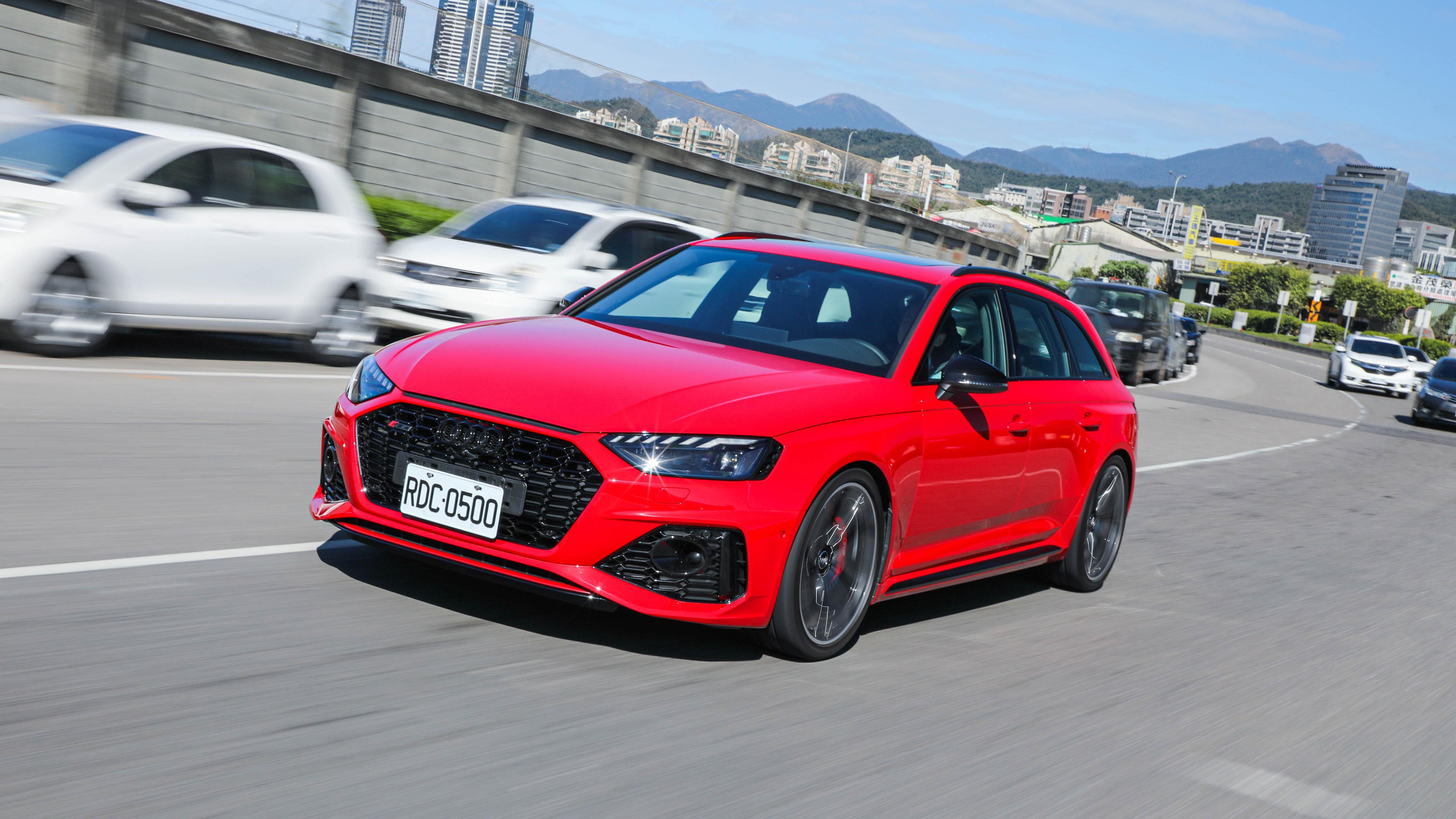 【搶先試駕】嘉偉哥難掩喜悅?! 中型剽悍旅行車 Audi RS 4 Avant