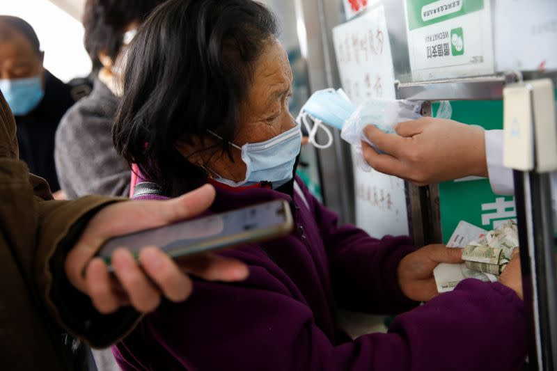 Korea reports 1st virus death, warns of community transmission