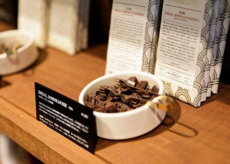 以單一種類可可豆製成的巧克力棒共有6種口味(每個1200日圓)。其中有3種是於蔵前店製造。可以各自試吃比較味道的不同
