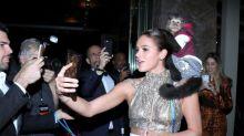 Bruna Marquezine faz selfie com macaco em baile de gala