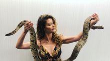 Coragem! Alinne Moraes aparece com duas cobras nos bastidores da Globo