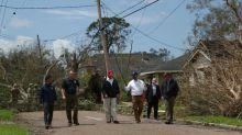 """Trump visita área de Luisiana golpeada por huracán Laura, promete """"rápida reconstrucción"""""""