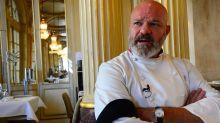 Pass sanitaire: Philippe Etchebest déguisé en gendarme devant son restaurant
