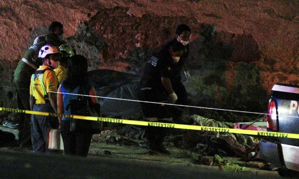 Picture released by Vanguardia shows police and paramedics working at the site where a truck accident killed 23 people in Mazapil, Zacatecas State on July 29, 2015 (AFP Photo/Christopher Vanegas)