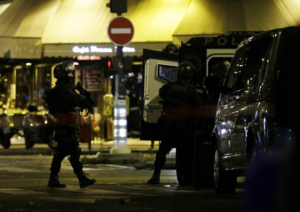 Police man a position close to the Bataclan theatre on November 13, 2015 after a series of gun attacks across Paris (AFP Photo/KENZO TRIBOUILLARD)