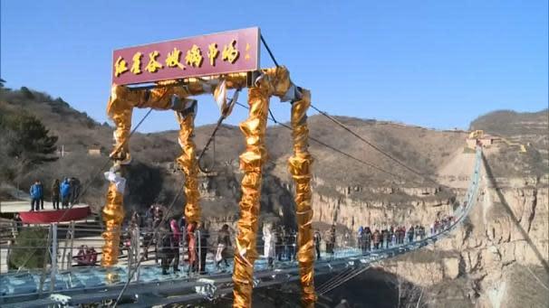 Cina inaugurato il ponte di vetro pi lungo del mondo video for Piani di fondazione del ponte