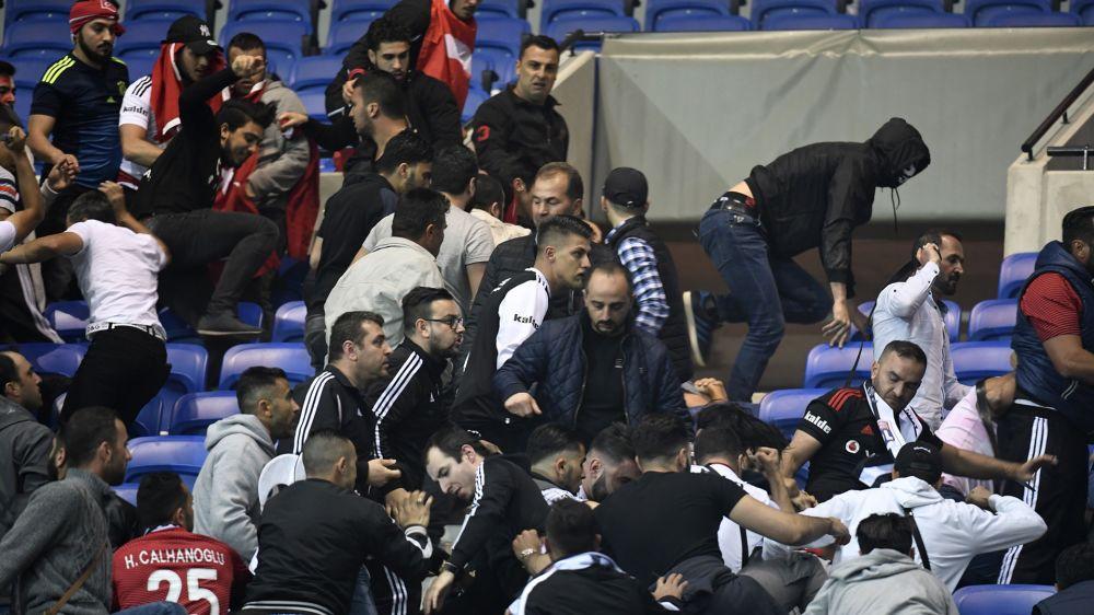 Chaos in Lyon: Hunderte Fans flüchten auf den Rasen