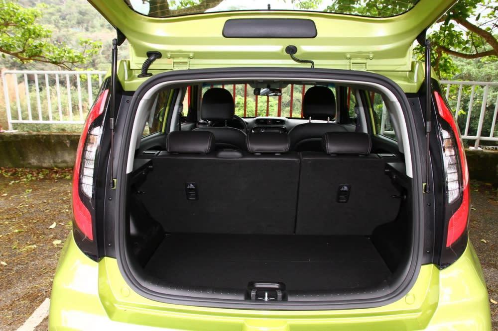 以自駕都會型用車為主的Soul,尾廂空間標準狀態下僅238L,深度雖不足但算是蠻平整的