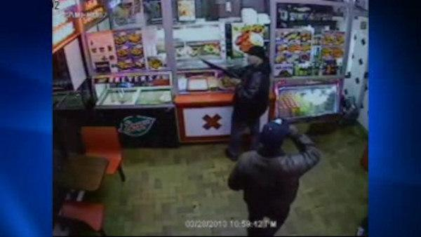 Police hunt suspects in Bronx restaurant armed robbery
