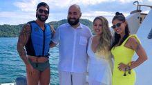 Gusttavo Lima e Andressa Suita posam com fãs durante viagem a Angra dos Reis