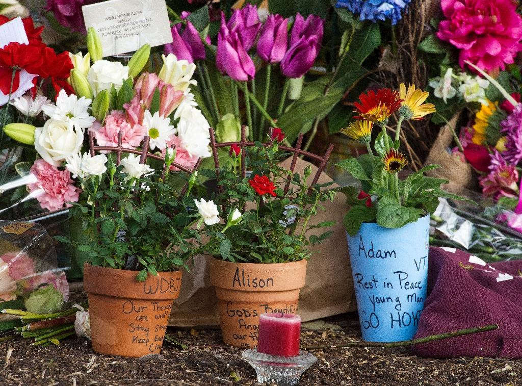 A makeshift memorial is viewed at the gate of WDBJ's television studios on August 27, 2015 in Roanoke, Virginia (AFP Photo/Paul J. Richards)