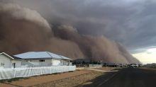 Una tormenta de polvo enorme engulle varias poblaciones del sureste de Australia