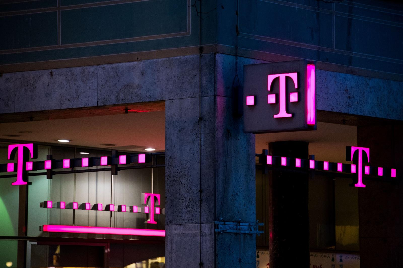 T mobile s black friday bogo sale begins tomorrow with iphone 8 galaxy s8 and more - Mobel black friday ...