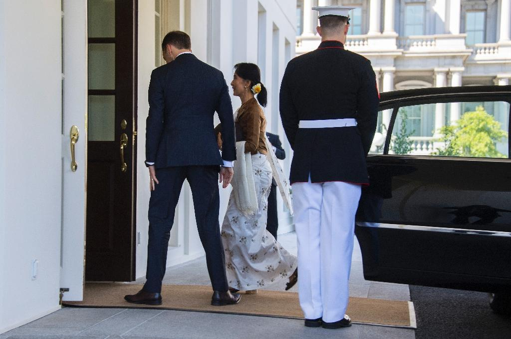 State Counsellor Aung San Suu Kyi of Burma (C) arrives at the White House in Washington, DC, September 14, 2016 for a meeting with US President Barack Obama (AFP Photo/Jim Watson)